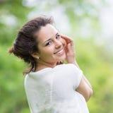 Όμορφο brunette που θέτει υπαίθρια Στοκ Φωτογραφία