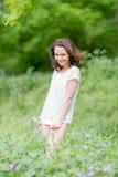 Όμορφο brunette που θέτει υπαίθρια Στοκ φωτογραφίες με δικαίωμα ελεύθερης χρήσης