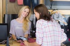 Όμορφο brunette που κάνει την πληρωμή με την πιστωτική κάρτα Στοκ Φωτογραφία