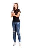 Όμορφο brunette που κοιτάζει και που δακτυλογραφεί στην οθόνη αφής του έξυπνου τηλεφώνου Στοκ εικόνες με δικαίωμα ελεύθερης χρήσης