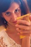 Όμορφο brunette που κρατά έναν καθρέφτη Στοκ φωτογραφία με δικαίωμα ελεύθερης χρήσης