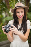 Όμορφο brunette που κρατά τη κάμερα της Στοκ Φωτογραφίες