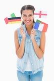 Όμορφο brunette που κρατά τις διάφορες ευρωπαϊκές σημαίες Στοκ Φωτογραφία