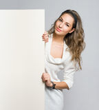 Όμορφο brunette που κρατά τον κενό πίνακα διαφημίσεων. Στοκ φωτογραφίες με δικαίωμα ελεύθερης χρήσης