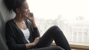 Όμορφο brunette που μιλά στο κινητό τηλέφωνο απόθεμα βίντεο
