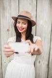 Όμορφο brunette που παίρνει ένα selfie Στοκ εικόνα με δικαίωμα ελεύθερης χρήσης