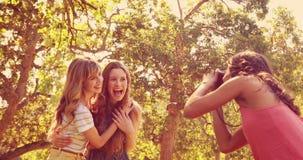 Όμορφο brunette που παίρνει τις εικόνες των φίλων της με την αναδρομική κάμερα απόθεμα βίντεο