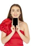 Όμορφο brunette που παρουσιάζει έξυπνο τηλέφωνο στο άσπρο υπόβαθρο Στοκ φωτογραφίες με δικαίωμα ελεύθερης χρήσης