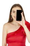 Όμορφο brunette που παρουσιάζει έξυπνο τηλέφωνο στο άσπρο υπόβαθρο Στοκ εικόνες με δικαίωμα ελεύθερης χρήσης