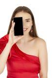 Όμορφο brunette που παρουσιάζει έξυπνο τηλέφωνο στο άσπρο υπόβαθρο Στοκ εικόνα με δικαίωμα ελεύθερης χρήσης