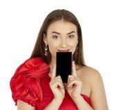 Όμορφο brunette που παρουσιάζει έξυπνο τηλέφωνο στο άσπρο υπόβαθρο Στοκ φωτογραφία με δικαίωμα ελεύθερης χρήσης