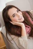 Όμορφο brunette που χαμογελά στη κάμερα Στοκ Εικόνα