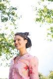 Όμορφο brunette που χαμογελά στο πάρκο Στοκ φωτογραφίες με δικαίωμα ελεύθερης χρήσης