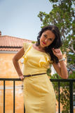 Όμορφο brunette σε ένα κίτρινο φόρεμα Στοκ Εικόνες