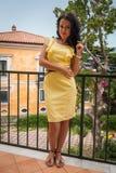 Όμορφο brunette σε ένα κίτρινο φόρεμα Στοκ Εικόνα