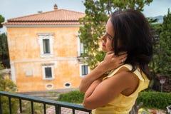 Όμορφο brunette σε ένα κίτρινο φόρεμα Στοκ Φωτογραφίες