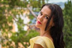 Όμορφο brunette σε ένα κίτρινο φόρεμα Στοκ εικόνες με δικαίωμα ελεύθερης χρήσης