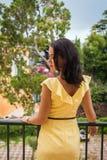 Όμορφο brunette σε ένα κίτρινο φόρεμα Στοκ φωτογραφία με δικαίωμα ελεύθερης χρήσης