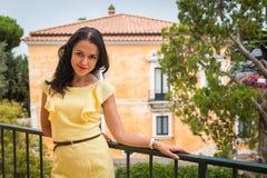 Όμορφο brunette σε ένα κίτρινο φόρεμα Στοκ εικόνα με δικαίωμα ελεύθερης χρήσης