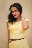 Όμορφο brunette σε ένα κίτρινο φόρεμα Στοκ φωτογραφίες με δικαίωμα ελεύθερης χρήσης