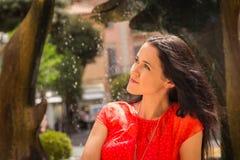 Όμορφο brunette σε ένα κόκκινο φόρεμα Στοκ εικόνα με δικαίωμα ελεύθερης χρήσης