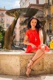 Όμορφο brunette σε ένα κόκκινο φόρεμα Στοκ Φωτογραφία