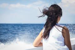 Όμορφο brunette σε μια βάρκα Στοκ φωτογραφία με δικαίωμα ελεύθερης χρήσης