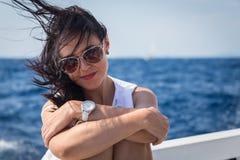 Όμορφο brunette σε μια βάρκα Στοκ Εικόνα