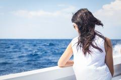 Όμορφο brunette σε μια βάρκα Στοκ εικόνες με δικαίωμα ελεύθερης χρήσης