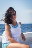 Όμορφο brunette σε μια βάρκα Στοκ Φωτογραφία