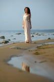 Όμορφο brunette σε χλωμό - ρόδινο μακρύ φόρεμα Στοκ Εικόνες
