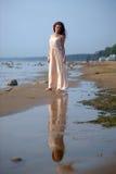 Όμορφο brunette σε χλωμό - ρόδινο μακρύ φόρεμα Στοκ εικόνα με δικαίωμα ελεύθερης χρήσης
