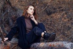 Όμορφο brunette στα μοντέρνα ενδύματα υπαίθρια Στοκ Εικόνες
