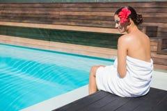Όμορφο brunette στη συνεδρίαση πετσετών από τη λίμνη Στοκ εικόνες με δικαίωμα ελεύθερης χρήσης