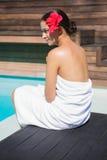 Όμορφο brunette στη συνεδρίαση πετσετών από τη λίμνη Στοκ Εικόνες