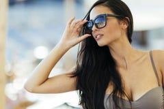 Όμορφο brunette στο μπικίνι υπαίθριο Στοκ Φωτογραφία