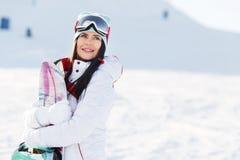 Όμορφο brunette στο χειμερινό βουνό Στοκ Φωτογραφίες
