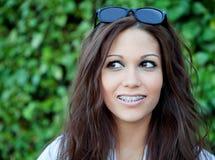 Όμορφο brunette υπαίθρια στη σκέψη πάρκων Στοκ Εικόνες