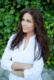 Όμορφο brunette υπαίθρια στη σκέψη πάρκων Στοκ Φωτογραφία
