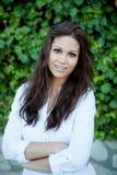 Όμορφο brunette υπαίθρια στη σκέψη πάρκων Στοκ Φωτογραφίες