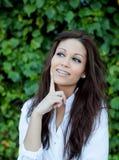 Όμορφο brunette υπαίθρια στη σκέψη πάρκων Στοκ εικόνες με δικαίωμα ελεύθερης χρήσης