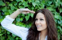 Όμορφο brunette υπαίθρια στο πάρκο που κοιτάζει μακριά Στοκ φωτογραφία με δικαίωμα ελεύθερης χρήσης