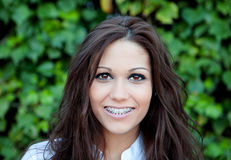 Όμορφο brunette υπαίθρια στο πάρκο Στοκ Εικόνες