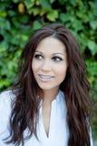 Όμορφο brunette υπαίθρια στο πάρκο Στοκ Φωτογραφίες