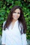 Όμορφο brunette υπαίθρια στο πάρκο Στοκ φωτογραφίες με δικαίωμα ελεύθερης χρήσης
