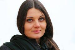 Όμορφο Brunette: Φιλικό χαμόγελο λευκών γυναικών Στοκ Εικόνα