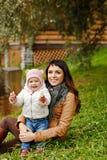 Όμορφο brunette mom που κρατά ένα γοητευτικό όμορφο μικρό κορίτσι Στοκ φωτογραφίες με δικαίωμα ελεύθερης χρήσης