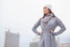 Όμορφο brunette Unsmiling με τα χειμερινά ενδύματα στην τοποθέτηση Στοκ Εικόνες