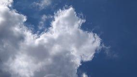 Όμορφο cloudscape με τα άσπρα σύννεφα οικοδόμησης απόθεμα βίντεο