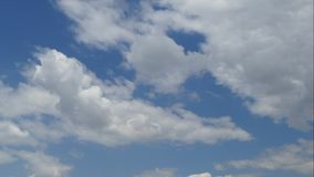 Όμορφο cloudscape με τα άσπρα χνουδωτά σύννεφα στο σαφή μπλε ουρανό αφηρημένη φύση ανασκόπησης Βίντεο χρονικού σφάλματος απόθεμα βίντεο